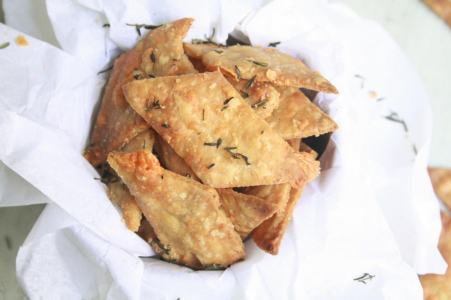 Crispy, baked crackers made with olive oil, wholewheat flour and filled with cheddar cheese and fresh thyme!