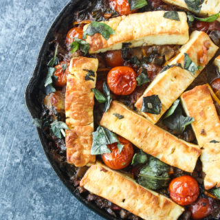 An easy baked dish with lots of fresh veggies, mushrooms and halloumi in a red wine sauce!