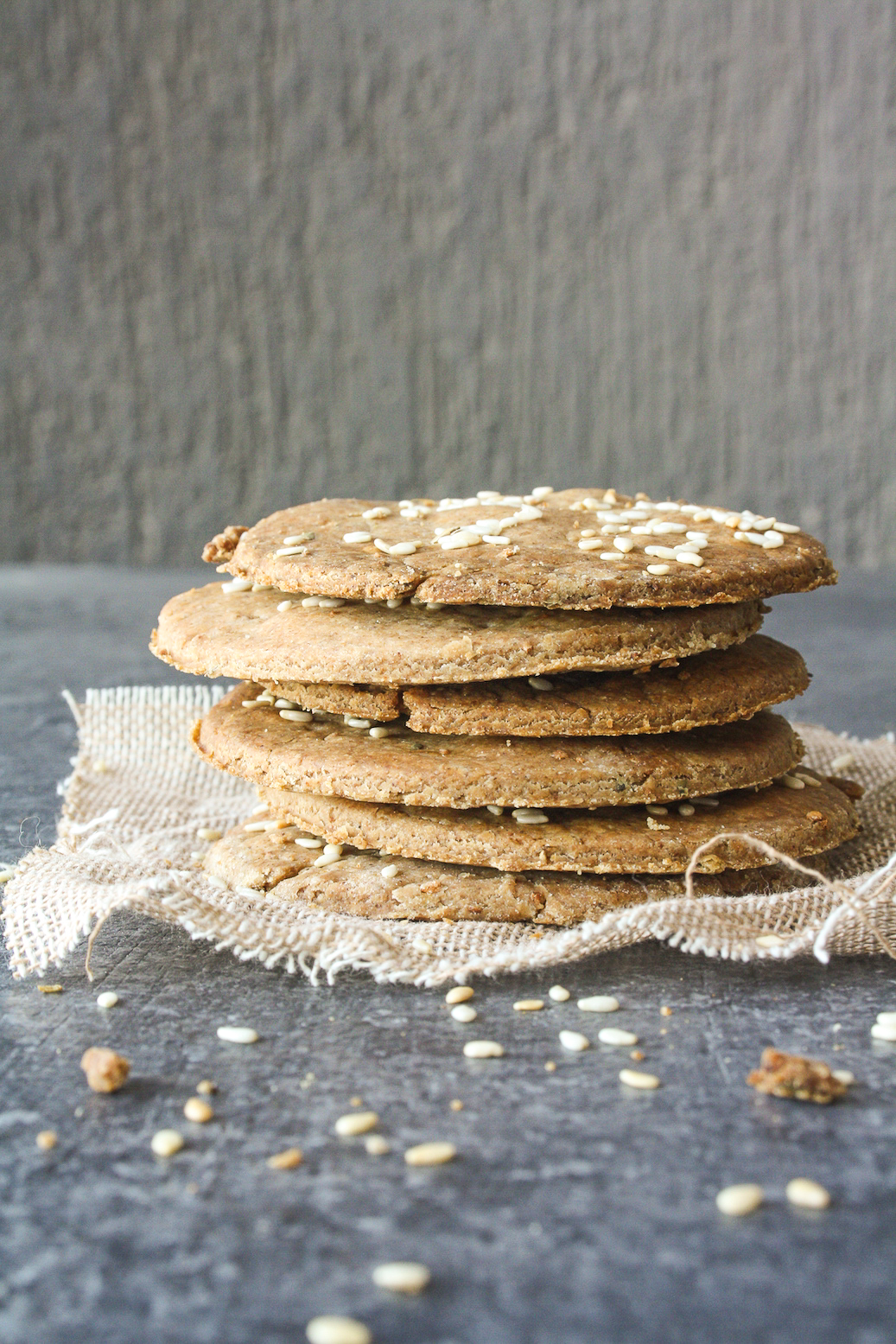 Light and crispy rye flour crackers flavoured with garlic and oregano!