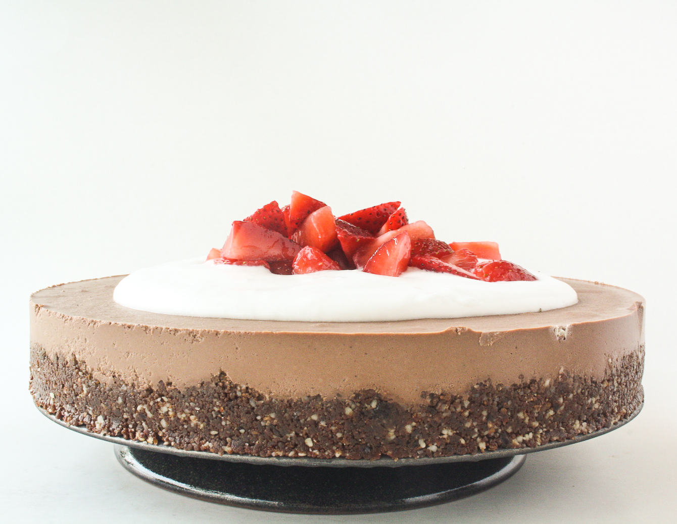 Creamy, naturally-sweetened chocolate cheesecake made with cashews, dates and almonds!