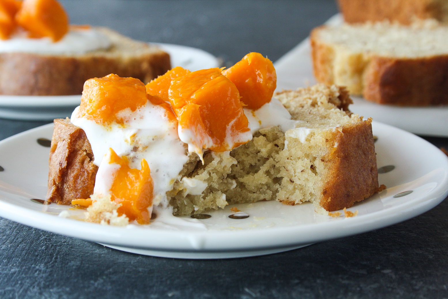 Moist and tender cake with yoghurt and almonds!