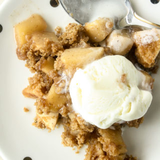 Classic apple crumble with cinnamon and juicy apples!