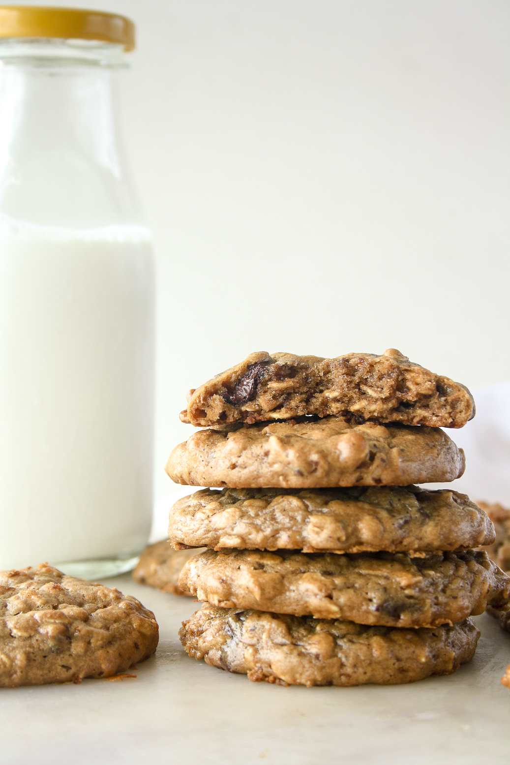Soft and chewy peanut butter oat cookies, without flour, refined fat or sugar!
