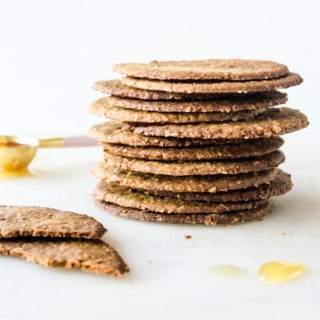 Thin and crispy honey oat crackers without refined sugar